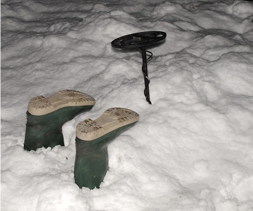 metal-detector-in-snow.png